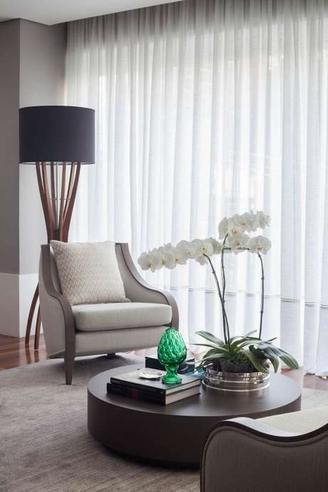 2. Sala de estar com vaso de orquídea no centro – Via: Pinterest