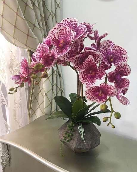 30. Vaso de orquídea para sala de estar – Via: Revista Vd