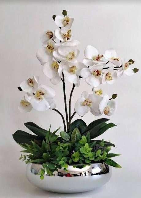 32. Vaso prateado de orquídea – Via: Pinterest
