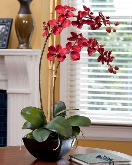 38. Orquídea vermelha na decoração – Via: Construindo Decor