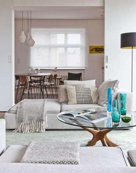 67. Os vasos coloridos se destacam na decoração da sala em cores neutras e claras – Foto: Otimizi