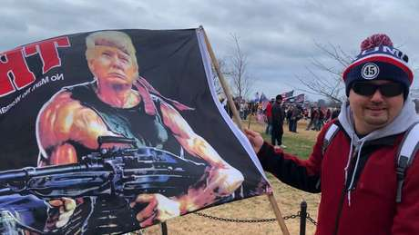 Chad Kulchesky com sua bandeira de Trump estilizado como Rambo no dia 6: 'Tudo o que foi feito naquele dia era necessário, menos invadir o Capitólio'