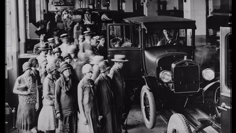 Após 102 anos no Brasil, Ford decidiu interromper a produção no país; imagem mostra visita à fábrica em São Paulo, em 1922