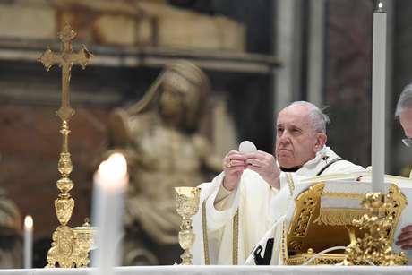 Papa Francisco reza missa na Basílica de São Pedro, no Vaticano 06/01/2021 Vatican Media/Divulgação via REUTERS