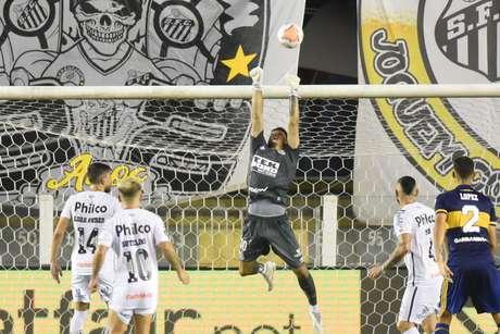 O goleiro João Paulo foi um dos destaques na vitória contra o Boca (Foto: Divulgação/Santos)