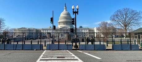 Após invasão por apoiadores de Trump, uma cerca de mais de 2 metros de altura protege o Capitólio