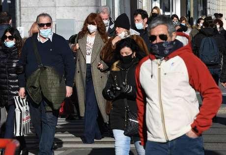 Movimentação no centro de Milão, norte da Itália