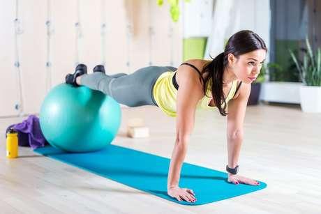 5 exercícios fáceis para praticar pilates em casa e melhorar a postura
