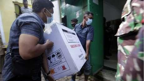 Às vésperas do início da vacinação doses da Sinovac estão sendo distribuídas pelo país numa complicada operação