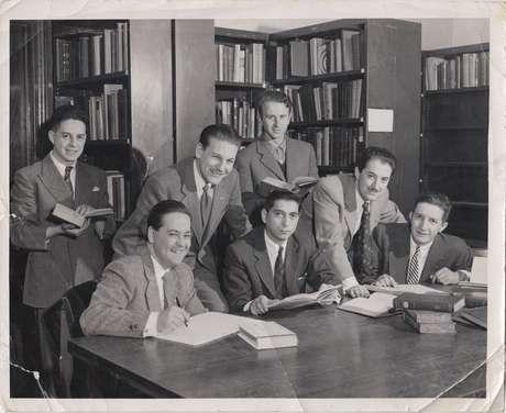 Economistas chilenos em biblioteca de Chicago; foto é cena do filme 'Chicago Boys', de Carola Fuentes e Rafael Valdeavellano
