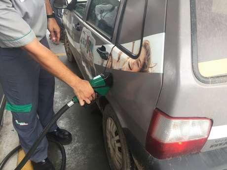 Carro sendo abastecido com combustíveis em um posto em Cuiabá, no Brasil REUTERS/Marcelo Teixeira