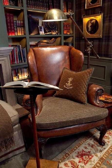 10. Modelo de poltrona antiga de couro para cantinho de leitura clássico – Foto: Pinterest