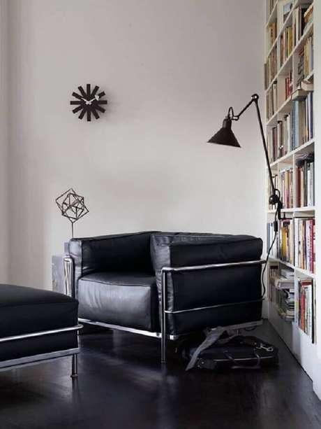 11. Decoração de cantinho de leitura com poltrona de couro preta moderna – Foto: Pinterest