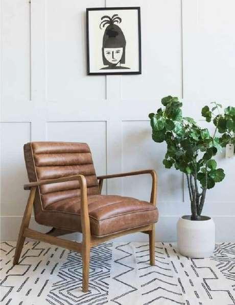 9. Decoração clean com tapete escandinavo e poltrona de couro marrom e madeira – Foto: Rose & Grey