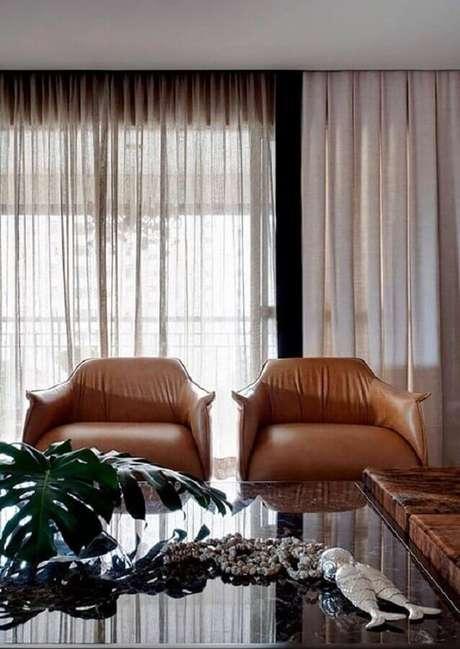 16. Decoração com poltrona de couro para sala de estar – Foto: RP Estúdio