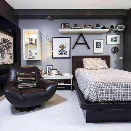 17. Decoração de quarto cinza com confortável poltrona de couro preta – Foto: Pinterest