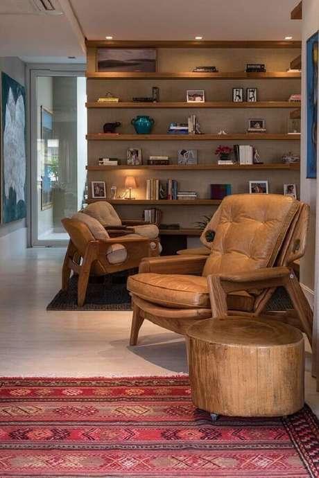 22. Decoração em cores neutras para sala com poltrona de couro e madeira – Foto: Casa de Valentina