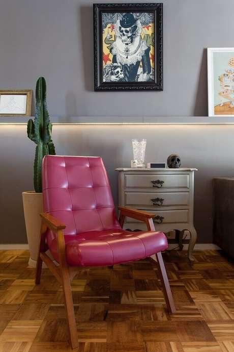 24. Decoração para sala cinza com poltrona de couro colorida – Foto: Tr Arquitetura