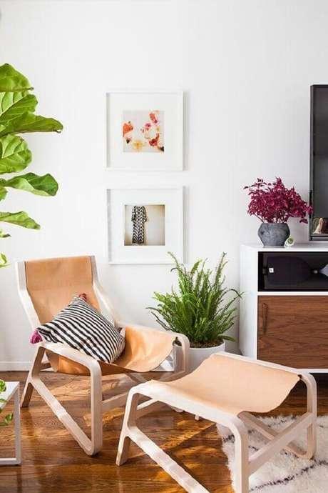 26. Decoração clean para sala de TV com poltrona de couro marrom clara – Foto: Cut & Paste