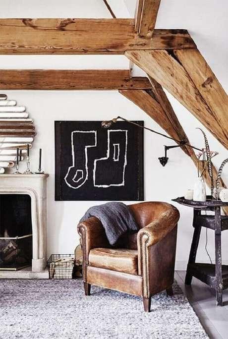27. Sala de estar rústica decorada com poltrona antiga de couro marrom – Foto: Pinterest