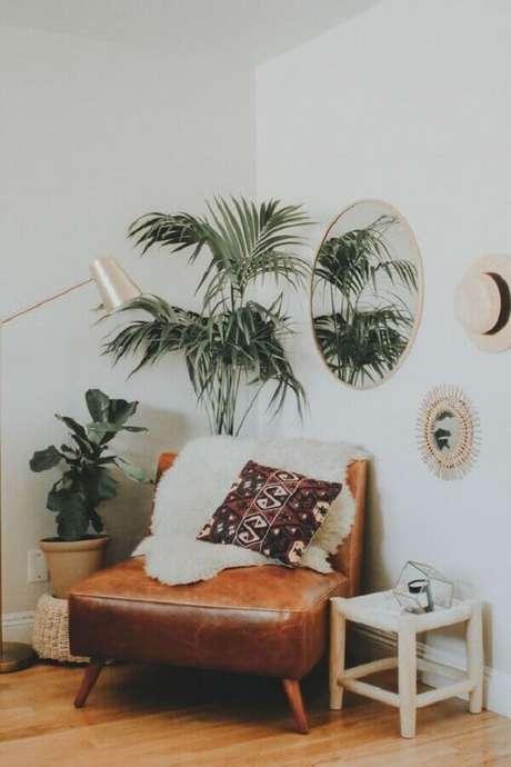 6. Decoração simples com poltrona de couro marrom com pés palito – Foto: Pinterest