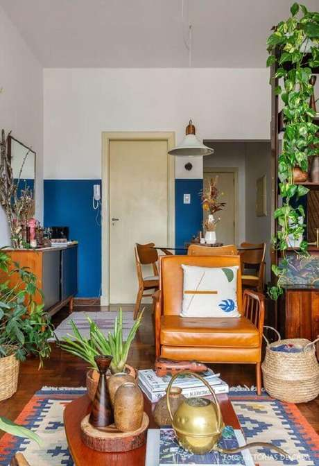 28. Decoração simples com poltrona de couro para sala com vasos de plantas – Foto: Histórias de Casa