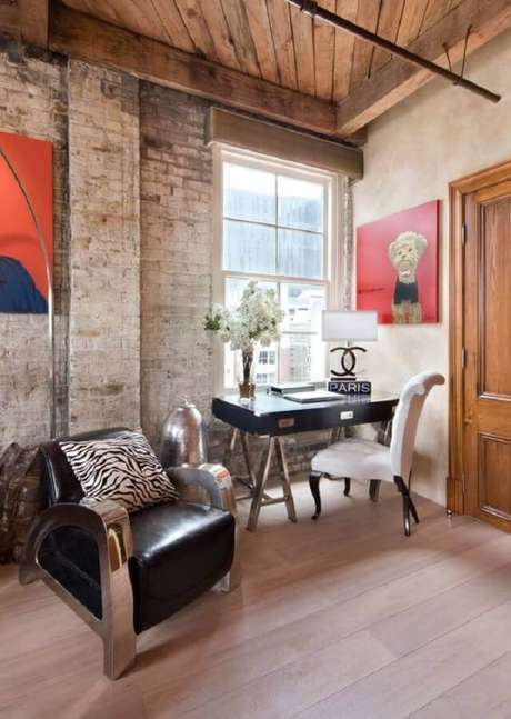 29. Home office rústico decorado com poltrona de couro preta confortável e moderna – Foto: Pinterest