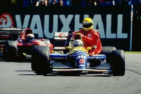 Mansell dá carona a Senna ao final do GP da Inglaterra.