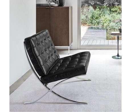 32. Decoração com poltrona de couro preta moderna com estrutura de metal – Foto: Pinterest
