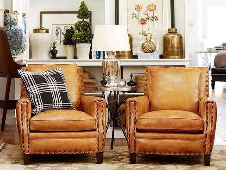 1. Decoração com poltrona antiga de couro para sala de estar clássica – Foto: Living Home
