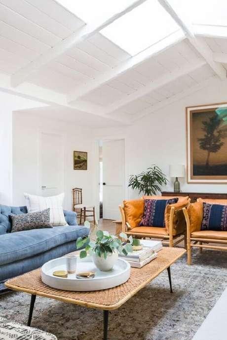 36. Poltrona de couro para sala de estar branca decorada com sofá azul claro – Foto: Apartment Therapy