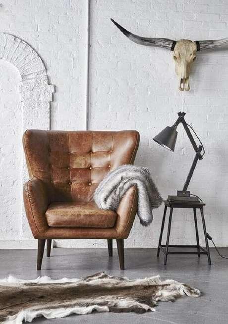 41. Poltrona de couro marrom para sala branca simples decorada com parede rústica – Foto: Love Wrendley