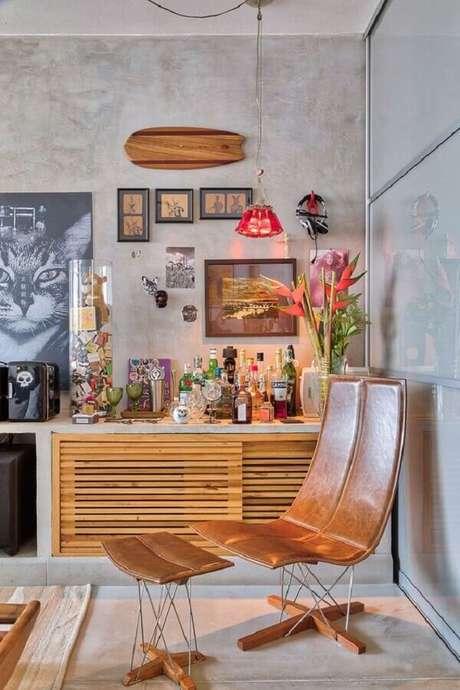 42. Poltrona de couro moderna para sala decorada com parede de cimento queimado – Foto: Casa de Valentina