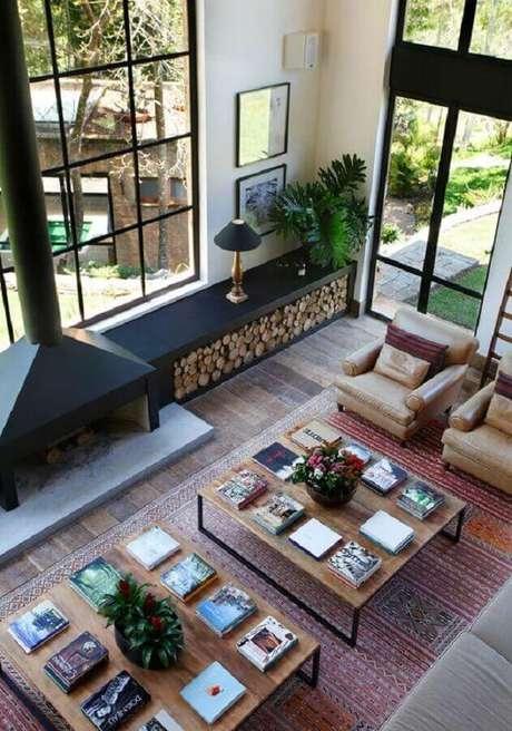 46. Poltrona de couro para sala ampla decorada com janelas grandes e lareira – Foto: Archidea