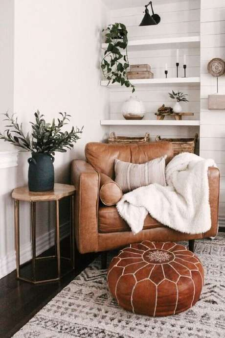 47. Sala branca decorada com puff e poltrona de couro marrom – Foto: House Of Hire Designs
