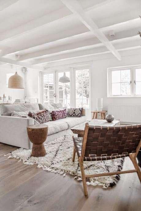 50. A poltrona de madeira com tiras de couro deu um toque especial na decoração da sala branca – Foto: Apartment Therapy