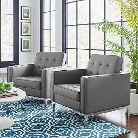 55. Poltrona de couro cinza para sala decorada com tapete geométrico – Foto: Pinterest