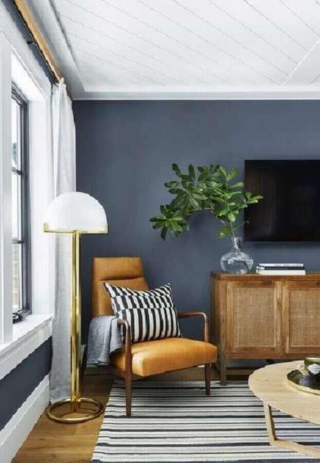 57. A poltrona de couro caramelo deu mais cor para a decoração da sala cinza – Foto: Pinterest