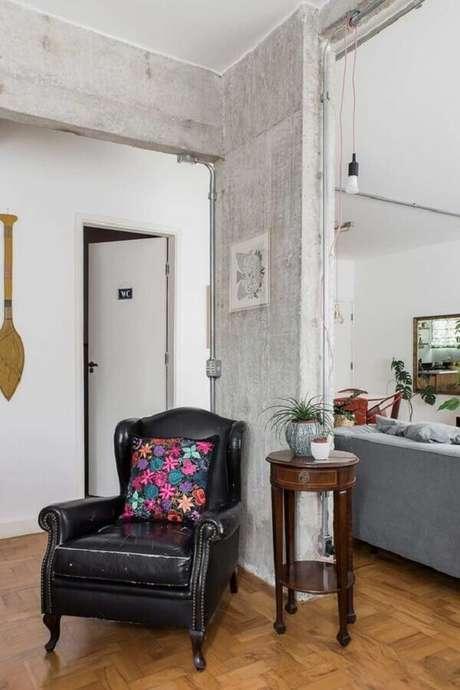 60. Poltrona antiga de couro preta para decoração de sala simples – Foto: Casa de Valentina