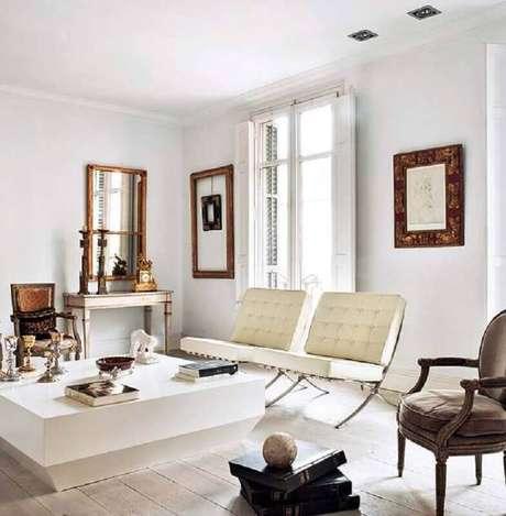 8. Sala sofisticada decorada com poltrona de couro branco – Foto: Apartment Therapy