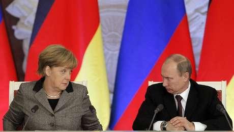 Merkel e o presidente da Rússia, Vladimir Putin, no Kremlin em 2012: primeira-ministra é fluente em russo, que aprendeu na escola na Alemanha Oriental
