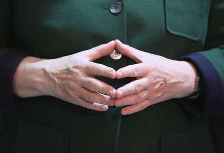 O gesto 'em diamante' que se tornou marca da primeira-ministra chegou a estampar outdoors de campanha em 2013