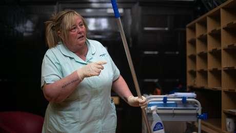 Karen Smith trabalha de faxineira em uma unidade de saúde de Bradford, no Reino Unido
