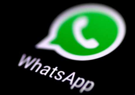 Vista do aplicativo de mensagens WhatsApp na tela de um telefone. 3/8/2017.   REUTERS/Thomas White