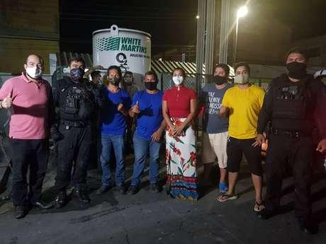 Voluntários da SOS Amazonas acompanham entrega dos cilindros de oxigênio para Manaus