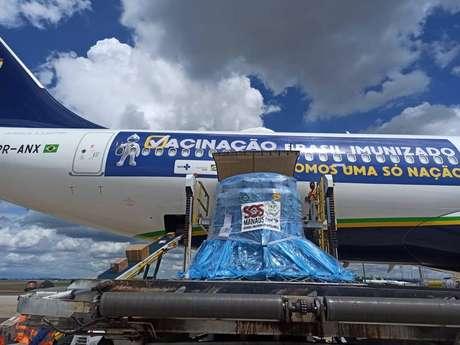 Avião da Azul, que buscaria vacina contra a covid-19 na Índia, chegou a Manaus na tarde de sábado com 40 cilindros de oxigênio