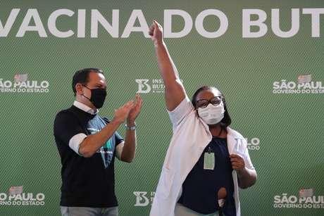 Enfermeira Mônica Calazans, 54, comemora, ao lado do governador João Doria, após receber vacina contra Covid-19 no Hospital das Clínicas   17/1/ 2021 REUTERS/Amanda Perobelli
