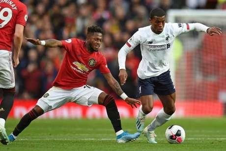 Os dois maiores vencedores da Premier League, Liverpool e United se enfrentam neste domingo (Foto: OLI SCARFF / AFP)
