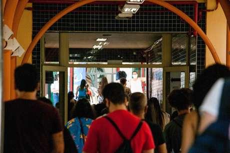 Movimentação de candidatos na Universidade Unip, na Barra Funda, zona oeste da capital paulista, um dos locais de realização das provas do Exame Nacional do Ensino Médio 2020 (ENEM), adiado para esse ano, neste domingo, 17 de janeiro de 2021. A prova está sendo aplicada para 5,7 milhões de alunos em todo o País, em meio à segunda onda da covid-19.