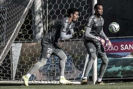 João Paulo e John disputam posição no Santos (Crédito: Ivan Storti/SantosFC)
